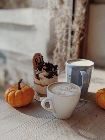 Pumpkin spice lattes are a signature fall drink. But what coffee chain does it better? Image from Pexel